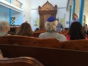 ... direkt neben der Moschee die Synagoge. .